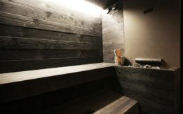 Sauna di legno scuro